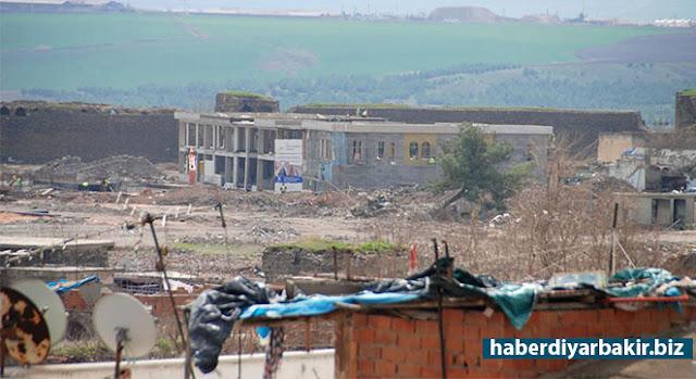 DİYARBAKIR-Yasağın kısmi olarak devam ettiği Diyarbakır'ın Sur ilçesinde yıkımın devam ettiği 6 mahallede restore ve yeniden inşa çalışmaları kapsamında ilk bina yükseldi.