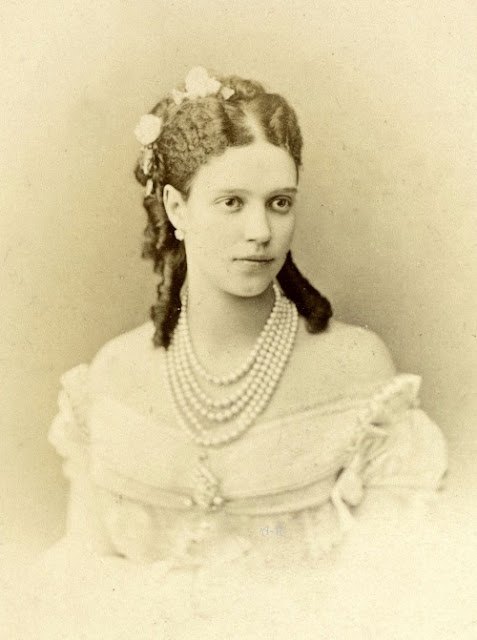 Pearls: Gail Carriger Talks Multiple Strand Faux Pearl Necklace & The Names of Necklace Lengths