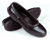 Mest altına giyilen kara lastik ayakkabı