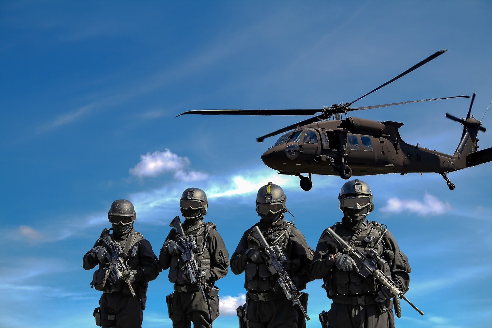 Helikopterle Aynı Karede Olan Askerler