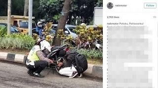 Foto Polisi Bantu Pemuda Benerin Rantai Motornya Yang Lepas Mendadak Viral