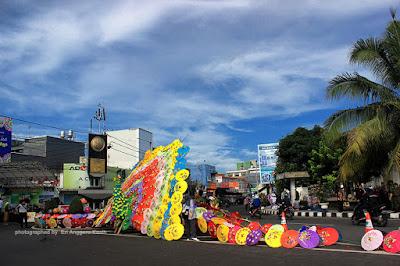 Ratusan payung geulis disusun menjadi Burung Merak Raksasa di Tasikmalaya Culture Festival.