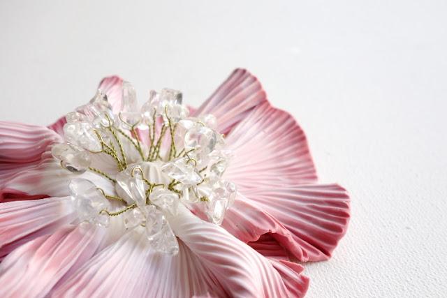 Du nouveau dans la boutique en ligne :Gros plan sur une Broche fleur rose - La Fille du Consul - Delphine R2M