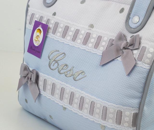 bolso maxicosi celeste, blanco y gris