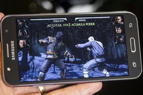 O  Samsung Galaxy J5 tem tela Super AMOLED de 5 polegadas, processador quad-core de 1,2 GHz, até 16 GB de espaço de armazenamento e 1,5 GB de RAM