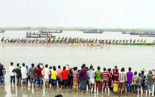 সাঘাটায় গ্রামীণ বাংলার ঐতিহ্যবাহী নৌকা বাইচ