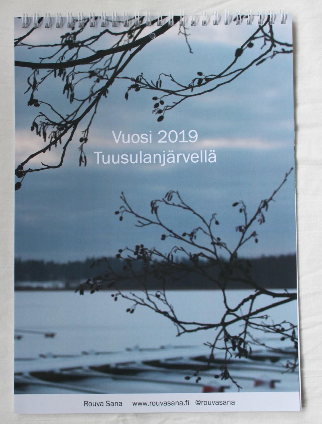Vuosi 2019 Tuusulanjärvellä, Tuusulanjärvi, Keski-Uusimaa, seinäkalenteri, Rouva Sana, Sisältötoimisto Rouva Sana, Tuusulanjärven taiteilijayhteisö, Kirje- ja Lomakepaino