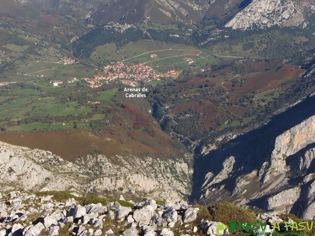 Vista de Arenas de Cabrales desde el Cuetón