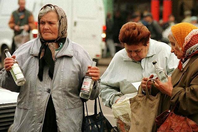 A promoção da vodca para entorpecer a população foi geral na era soviética. Ainda hoje o alcoolismo é responsável pela baixíssima expectativa de vida na Rússia.
