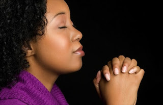 Black woman praying-marydeescott-blogspot-com