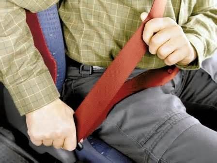 Berikut ini cari memeriksa sabuk pengaman dengan benar.