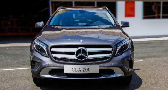 Phần đầu xe Mercedes GLA 200 2017 được làm nổi bật lên nhờ các đường gân dập nội trên nắp capo