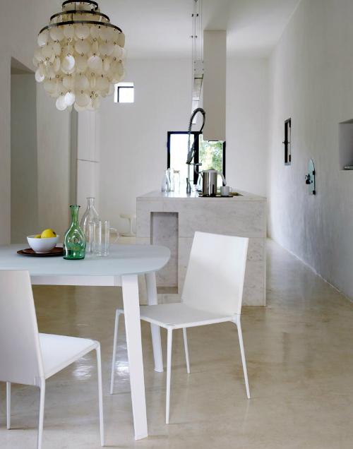 Die meisten Möbel in der Villa stammen von B&B Italia - so auch der weiße Tisch und die Stühle in der Küche.