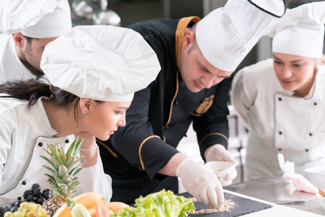 للمهتمين بمجال الفندقة .. تشغيل 25 طباخا وطباخة بدولة كندا