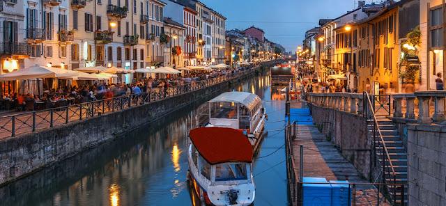 Bares em Navigli em Milão