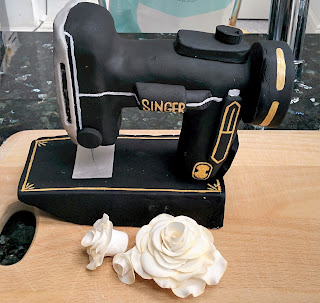 Creates Sew Slow: Singer Featherweight Cake