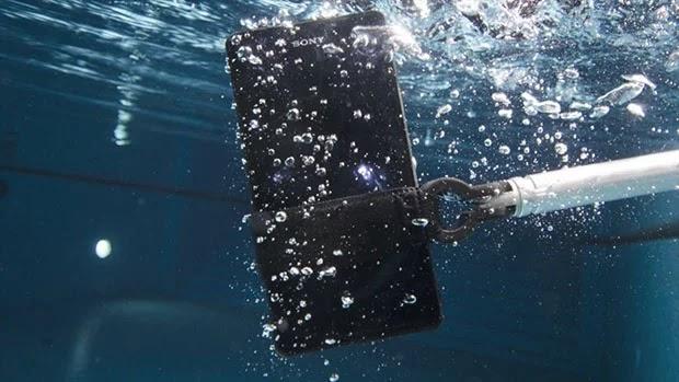 Fakta Perbedaan Smartphone Waterproof dan Water-resistant