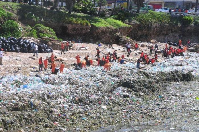 Recogen toneladas de basura en Malecón de Santo Domingo