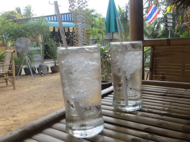 Стаканы воды со льдом