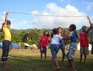 anak bermain lompat tali
