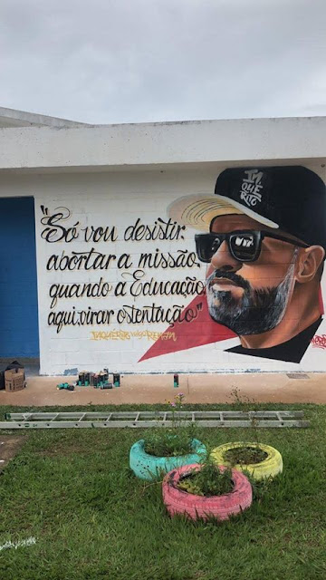 Internos do DF lançam livro inspirado na música Poucas Palavras do rapper Renan Inquérito