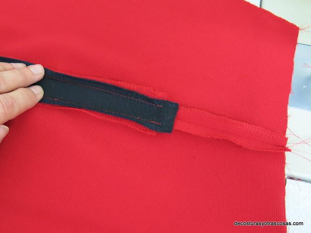 incorporar una tira de adorno en la costura