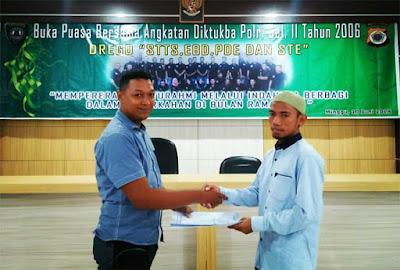Ambon, Malukupost.com - Angkatan Pendidikan Pembentukan Bintara (Diktukba) Polri gelombang ke II tahun 2006 Polda Maluku dengan jargon DREGD 2006 Gelombang Dua yang terdiri dari STTS (Polisi Laki-Laki), EBD (Brimob 16'2), PDE (Pol-Air 2006) dan STE (Se-Polwan 34) berbagi kebahagiaan di Bulan Ramadan dengan mengadakan buka puasa bersama, sekaligus memberikan santunan kepada Yayasan Pesantren Al-Anshor.