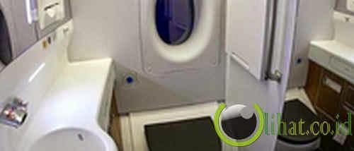 Mendarat darurat karena ada api di toilet pesawat