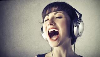 memutar musik yang menghentak dapat menurunkan emosi