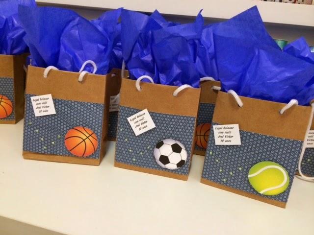 E as lembrancinhas traziam sacolinha com guloseimas e mais duas miniaturas  de bolas destes esportes  0edd65d4e36f4