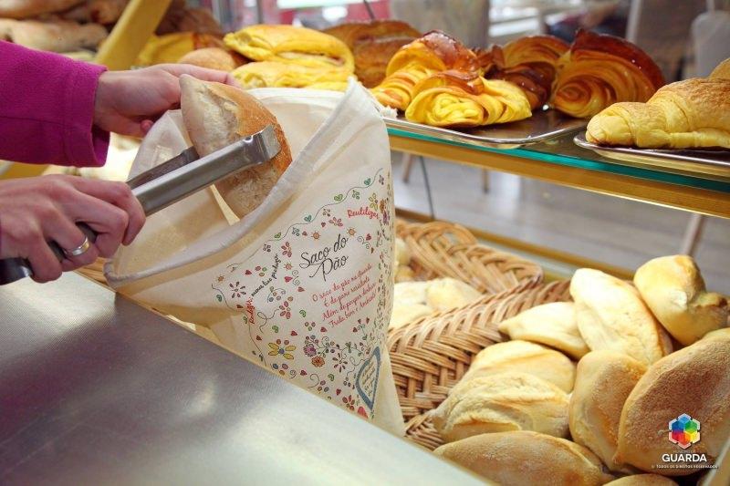 Saco de pano para o pão numa padaria