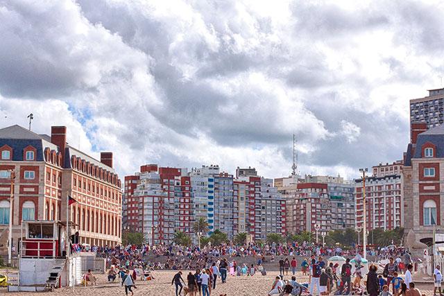 HDR.Gente en la playa y vista edificios del centro de Mar del Plata