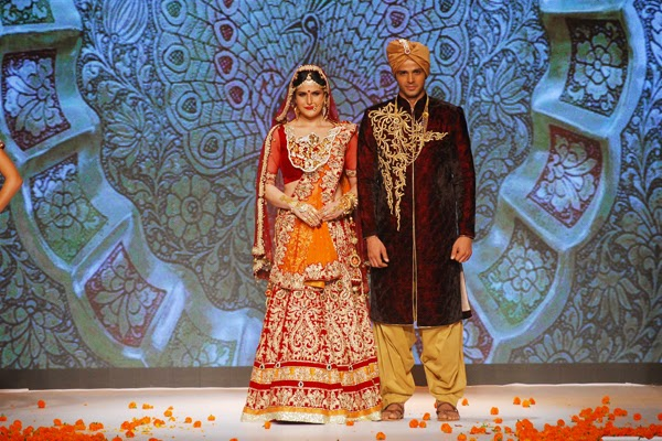 Zarine Khan stunning walks the ramp for Swarovski Show at IIJW 2014