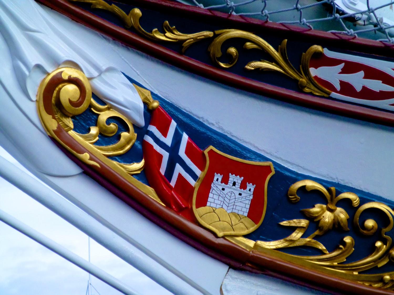 Escudo de Bergen sobre los barcos