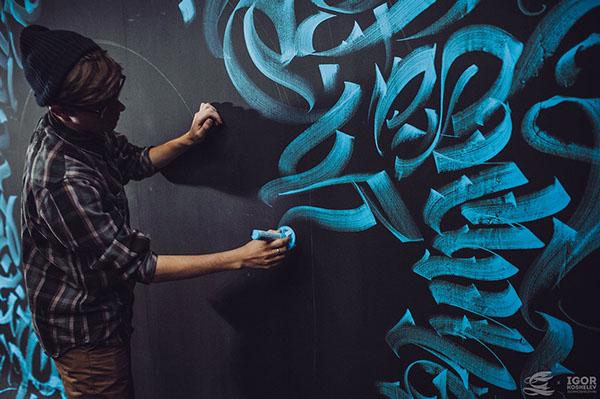 Detalhe do trabalho  tipográfico feito sob a parede.