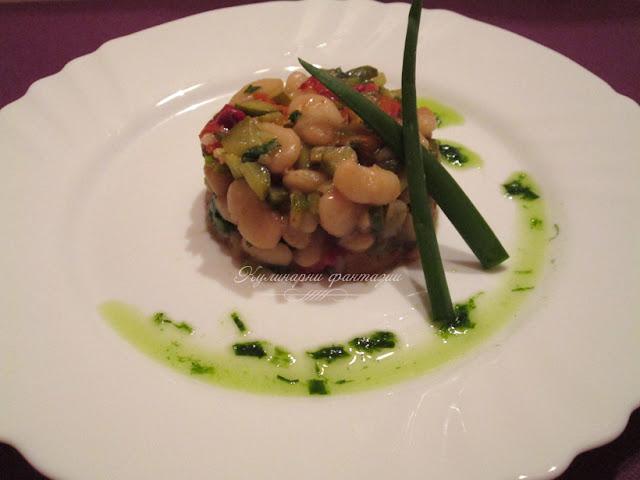Бобена салата с кисели краставички