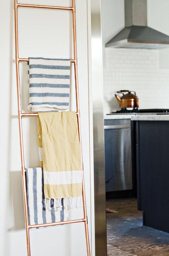 DIY: una escalera-toallero de cobre