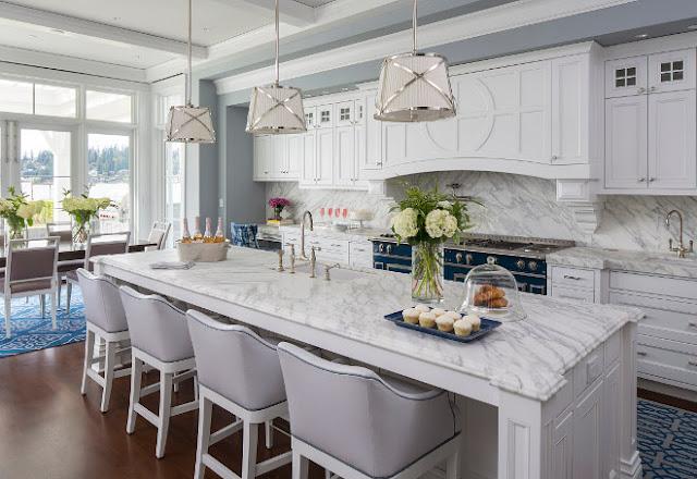 Великолепная белая кухня из дерева в интерьере роскошного особняка от Martha O' Hara Interiors