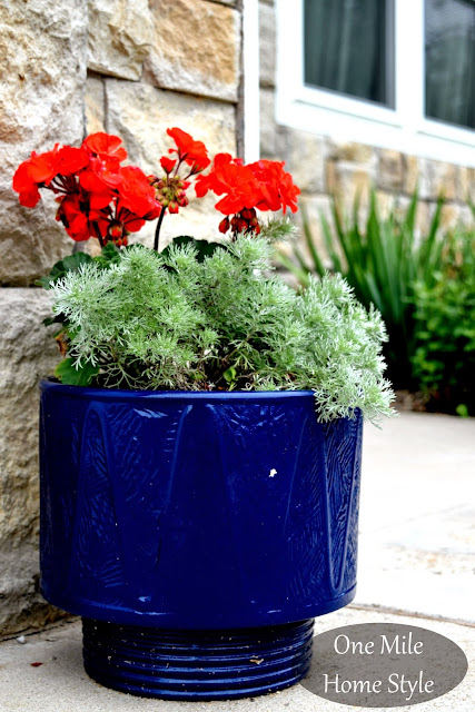 Flower Tour & Outdoor Spring Decor Tips | One Mile Home Style - Blue Flowerpot with red and white flowers