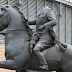La escultura ecuestre de Franco decapitado recibida a huevazos en Barcelona
