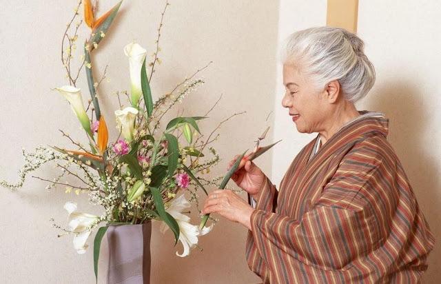 """Ikebana hay còn được biết đến với cái tên Kadou - """"hoa đạo"""", là bộ môn nghệ thuật đặc trưng của Nhật Bản về cách sắp xếp bố trí các loại hoa chứ không chỉ đơn thuần là cắm hoa thông thường. Ra đời từ hơn 1500 năm trước tại Kyoto, Ikebana ban đầu được bắt đầu với những bông hoa cúng dâng lên Đức Phật trong các ngôi chùa cổ. Cách sắp xếp Ikebana khi đó vẫn khá giản đơn và chỉ hướng đến làm nổi bật ba yếu tố tượng trưng chính là trời, đất và con người.    Tới thế kỷ 15, Ikebana dần phát triển với cấu trúc cầu kỳ hơn, đòi hỏi sự kết hợp hài hòa không chỉ giữa các loại hoa với bình cắm mà còn với cả cấu trúc căn phòng cũng như ngoại cảnh. Và dần dần, Ikebana đã trở thành một loại hình nghệ thuật, văn hóa Nhật Bản quen thuộc với tất cả người dân xứ sở hoa anh đào."""