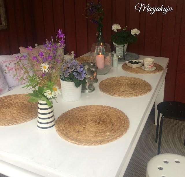 terassin maalattu pöytä