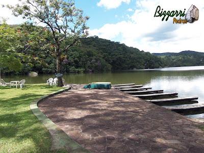 Calçamento de pedra com pedra São Carlos com construção do lago, muros de pedra com pedra rústica e a execução do paisagismo.