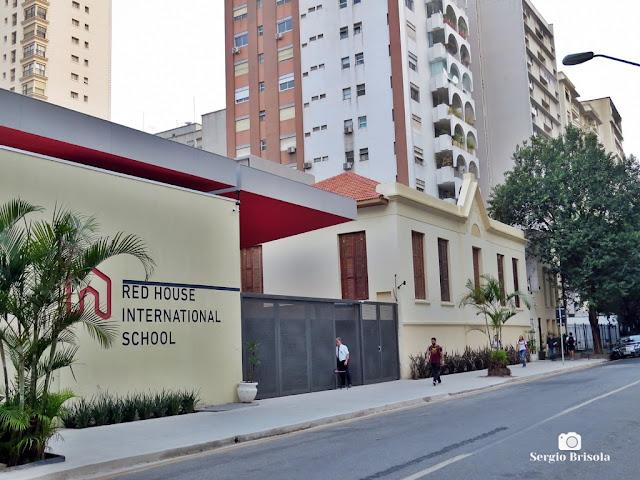 Vista ampla da fachada da Red House International School - Santa Cecilia - São Paulo
