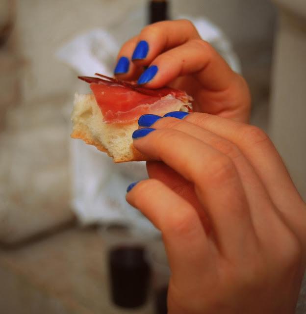 uñas pintadas de color azul