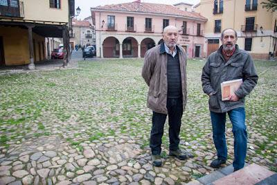 foto de los hermanos Seoane en la Plaza del Grano