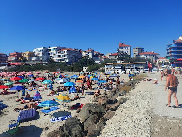 Na plaży jest sporo ludzi
