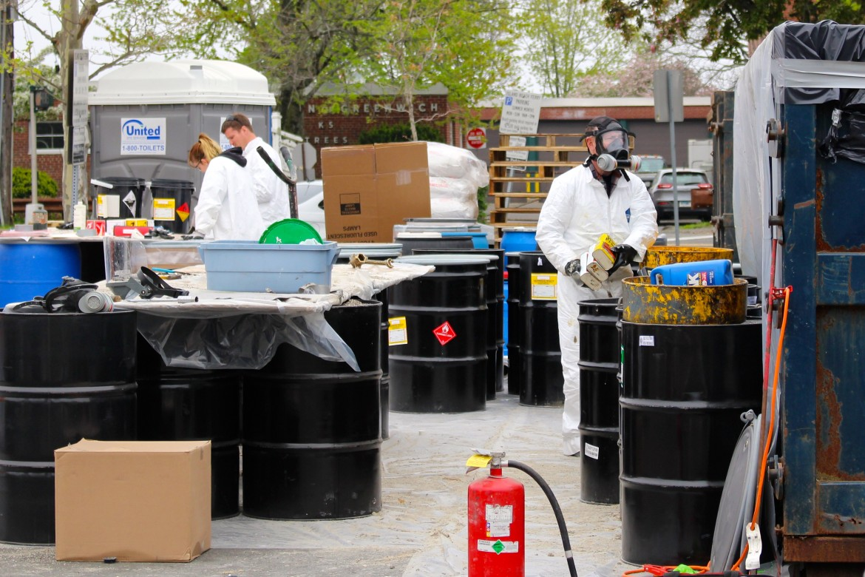 ví dụ về chất thải nguy hại, ảnh hưởng của chất thải nguy hại đến môi trường, định nghĩa chất thải nguy hại, danh mục chất thải nguy hại 2016, chất thải nguy hại trong sinh hoạt, chất thải nguy hại gồm mấy nhóm, danh mục chất thải nguy hại 2015,