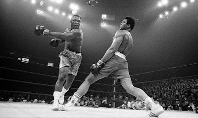 Muhammad Ali evitando los golpes de Frazier