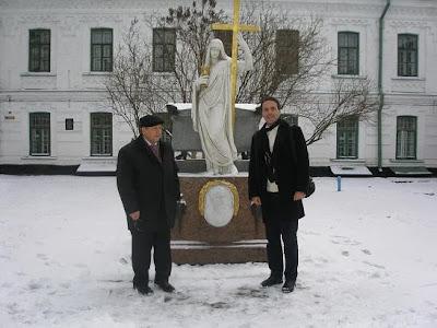 Ο Νίκος Λυγερός με τον Μικόλα Σιαντρίστι στον τάφο του Αλέξανδρου Υψηλάντη στη Λαύρα του Κιέβου  Η 25η Νοεμβρίου είναι η ημέρα μνήμης του μεγάλου λιμού